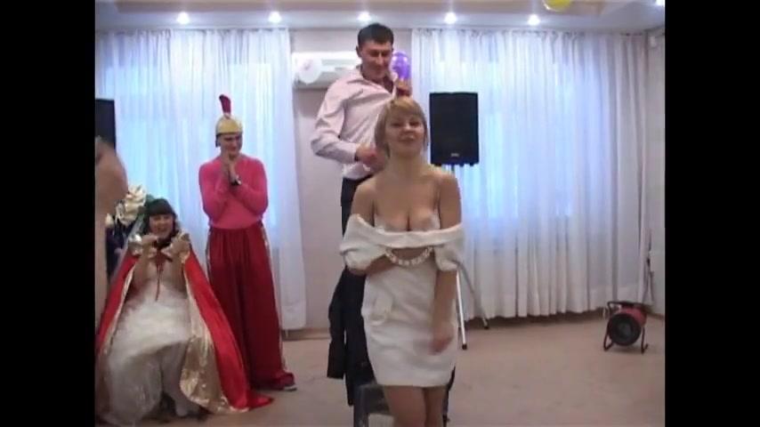 Стриптиз на свадьбе обнажилась